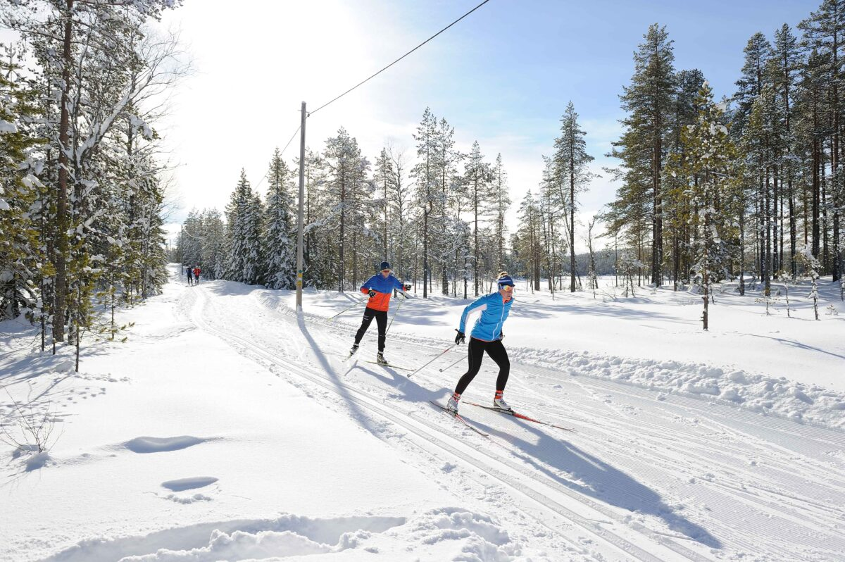 Vad ska man tänka på när man väljer längdstavar för skate respektive klassisk längdskidåkning? Det reder vi på Stavguiden ut!