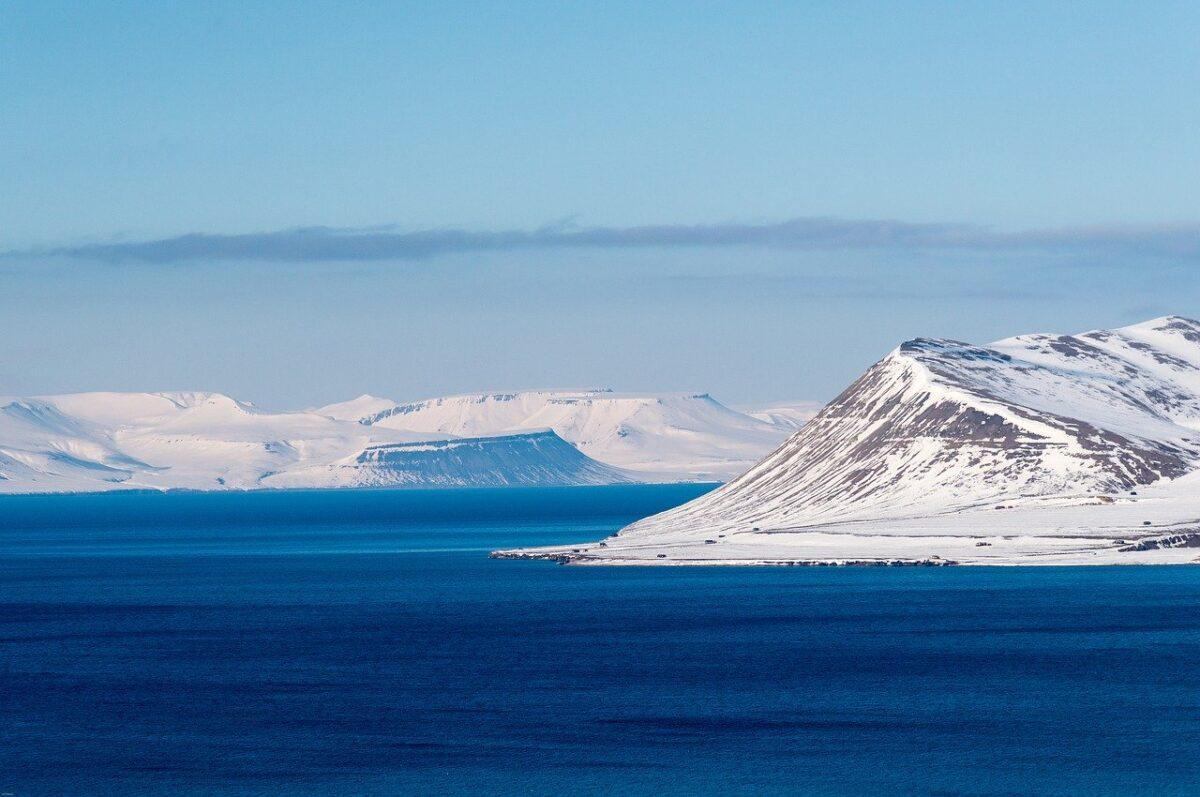 Ögruppen Svalbard ligger i Arktis. Spetsbergen är största ö.
